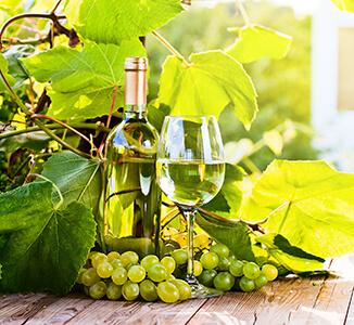 Weißweinflasche mit Glas