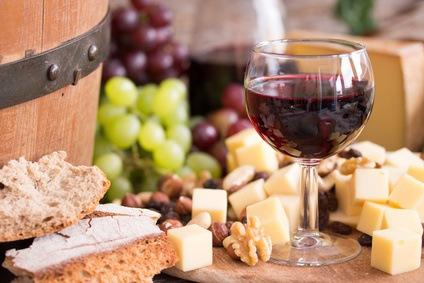 Brotzeit mit italienischem Rotwein
